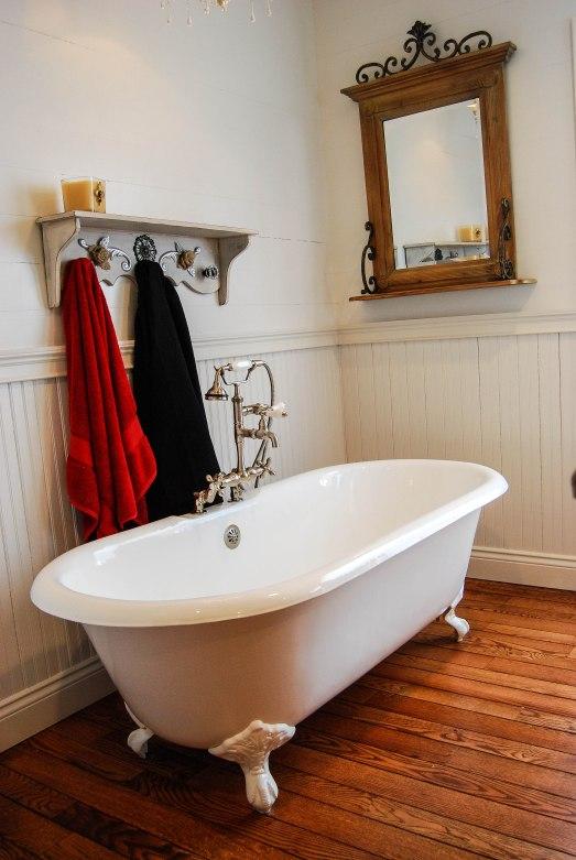 B's tub w/towel rack